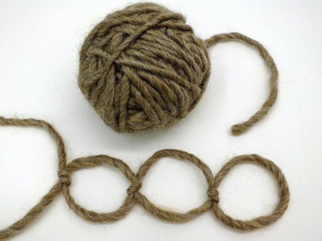 chain made by knotting wool yarn